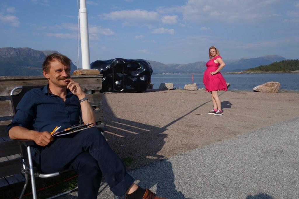 Tormod Carlsen slapper av i finværet utafor klumpen, Ingrid skal freista ein tur inn klumpen.