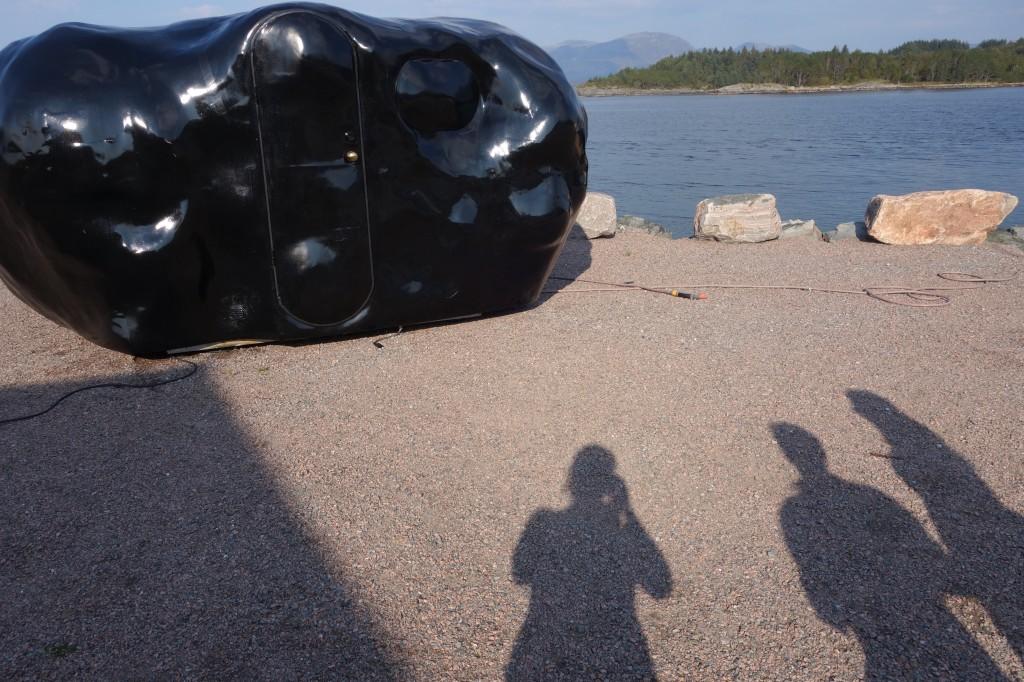 Som en mørk materie, lik ein utenomjordisk farkost, stend O The Helaing Lump, på kaia på Grytøyra
